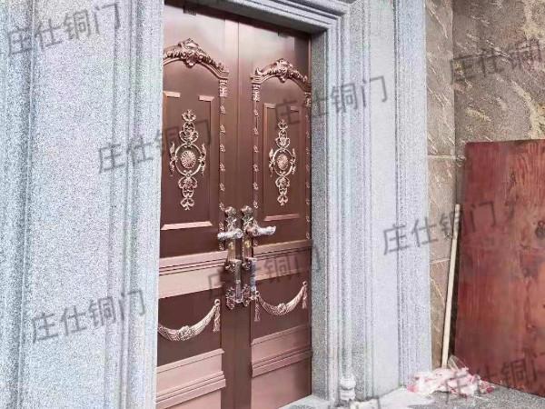 一款带石头门框的铜门